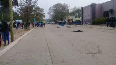 Photo of Manifestación y acampe frente a la  Intendencia por el ataque al periodista en Villa Río Bermejito